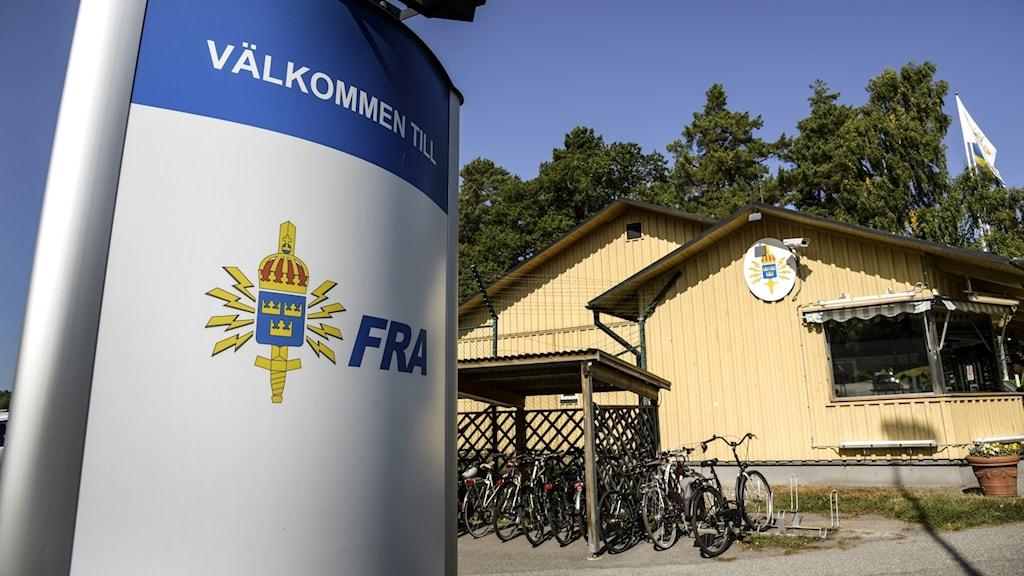 Huvudkontoret och en skylt från Försvarets radioanstalt.