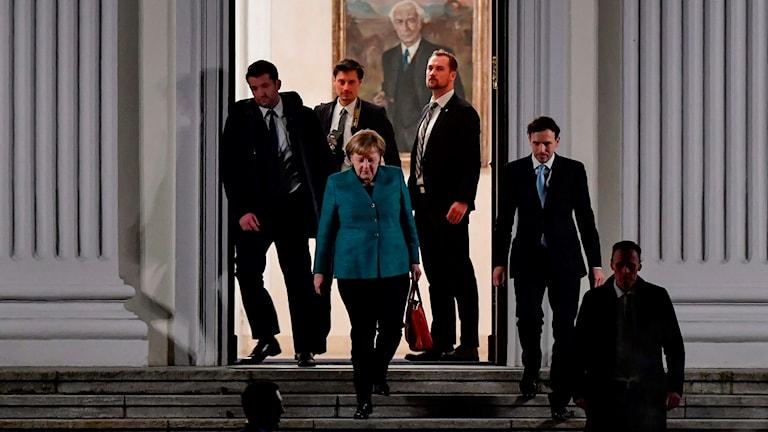 Kvinna går ner för en trappa.