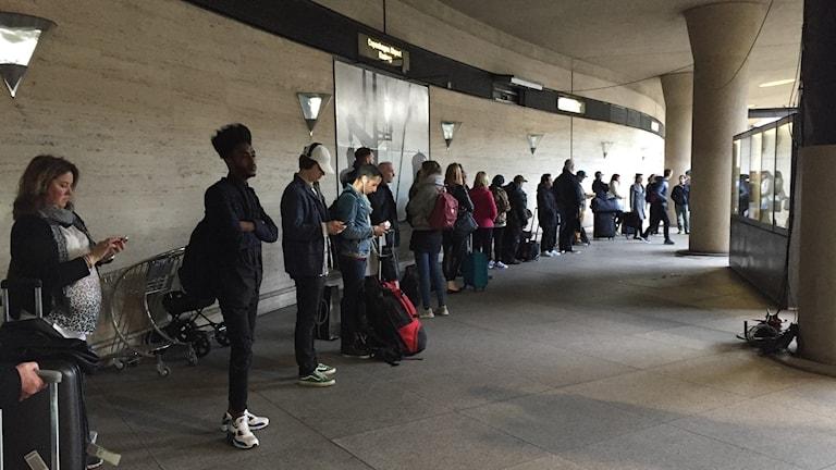 Bilden visar den långa kön till id-kontrollen på perrongen på tågstationen på Köpenhamns flygplats Kastrup, för resenärer mot Sverige. Foto: Anna Bubenko/Sveriges Radio.