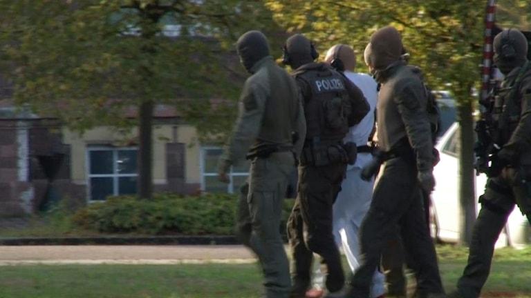 Mannen i vitt misstänks för skjutningen i Halle.