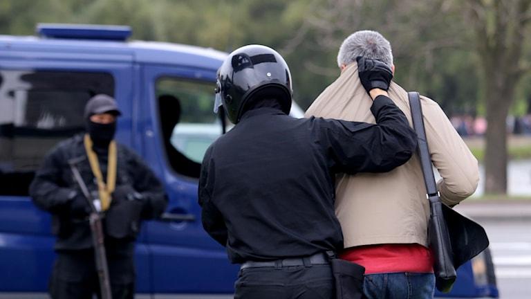 En demonstrant grips av polisen i Minsk.
