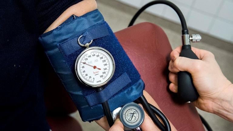En person får sitt blodtryck taget.