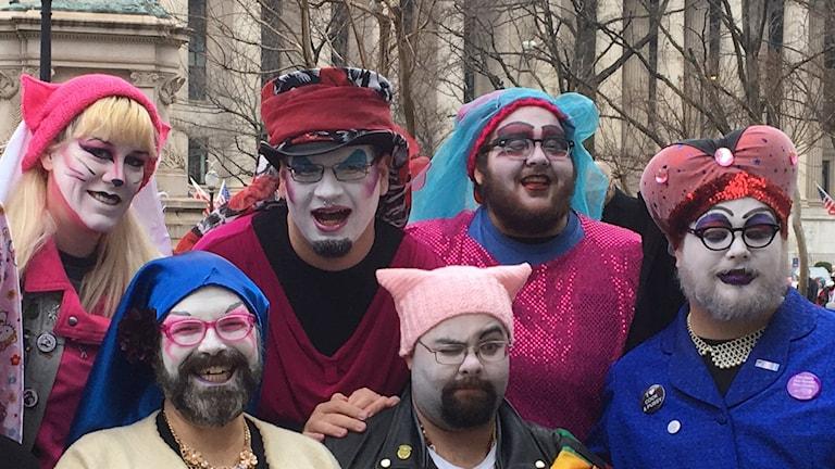"""Många av demonstranter bär rosa mössor med kattöron i protest mot Trumps kritiserade """"Pussy""""-uttalanden."""