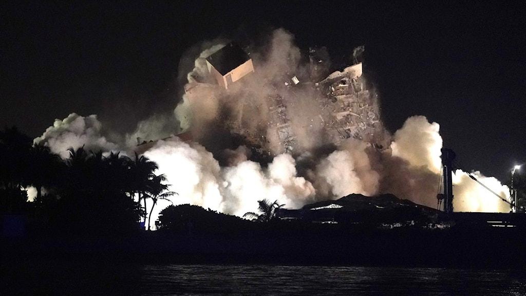 Byggnaden sprängs