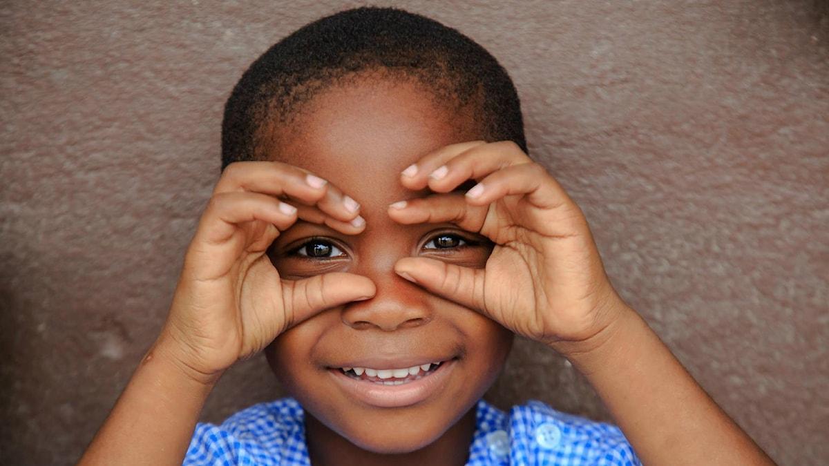 Skrattande barn i Gonzagueville, i Abidjan, Elfenbenskusten