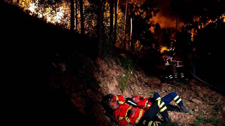 Brandmän vilar från släckningsarbetet.