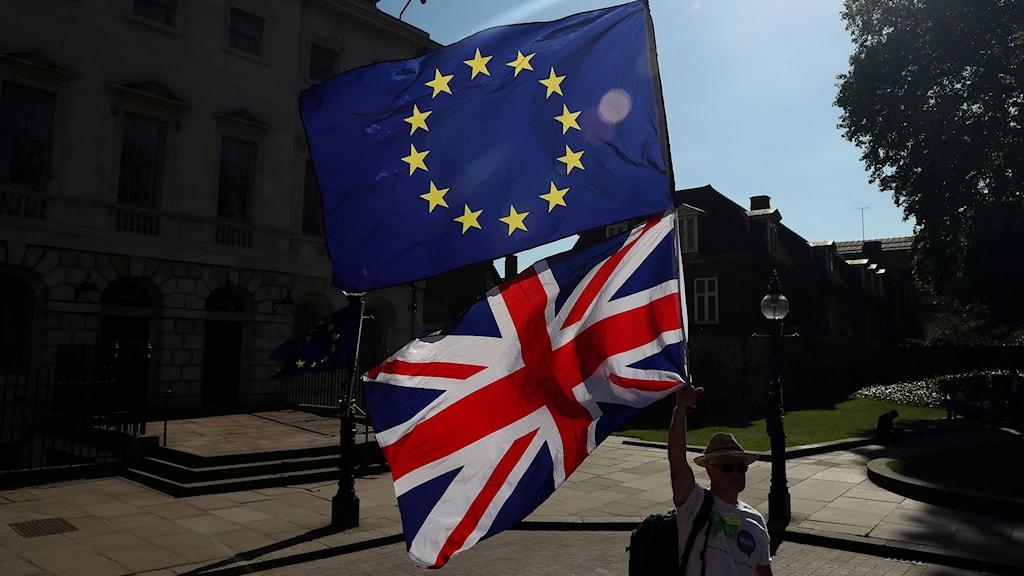 Storbritanniens flagga. EU:s flagga.
