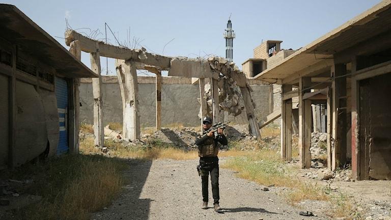 En irakisk soldat i en gränd i Mosul