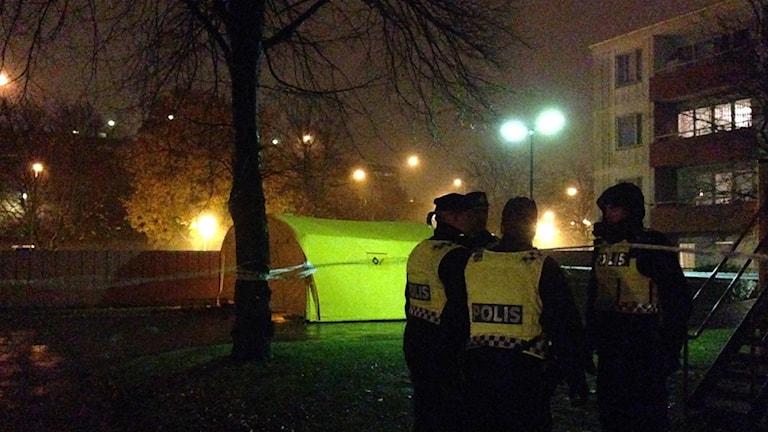 Poliser står vid platsen där två män sköts till döds i Göteborg.