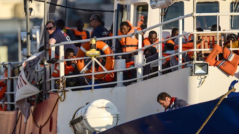 Fartyget Lifeline anländer till Malta efter flera dagar på Medelhavet med omkring 200 migranter ombord.