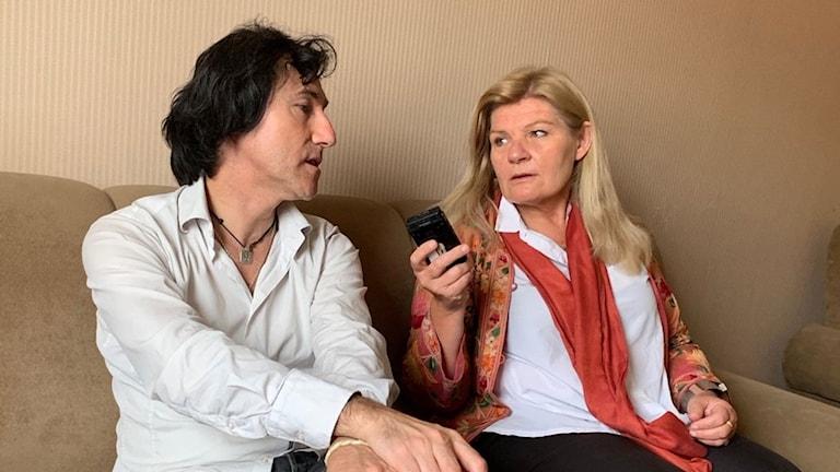 Patricio Galvez intervjuas av Sveriges Radios korrespondent Cecilia Uddén.