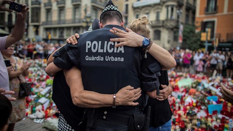 En polis kramar om två andra personer i Barcelona.