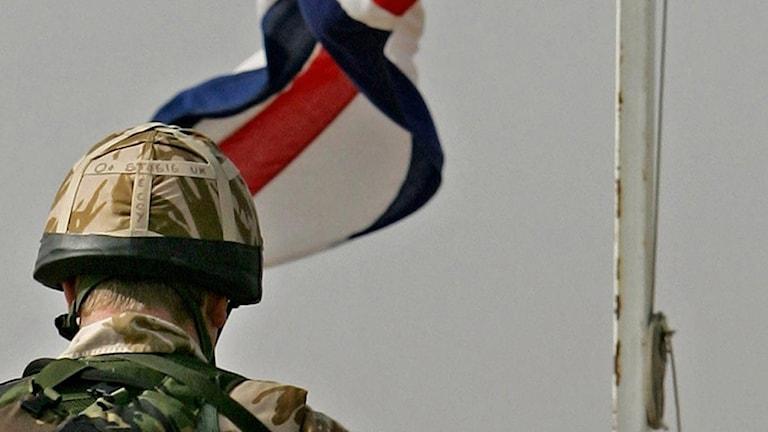 En soldat och brittiska flaggan i Basra, Irak 2005.