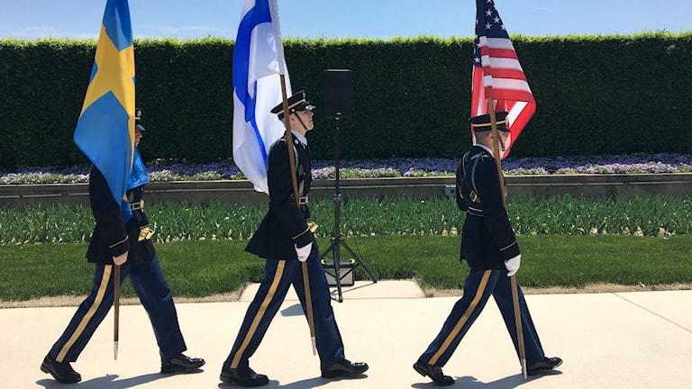 Svensk, finsk och amerikansk flagga.