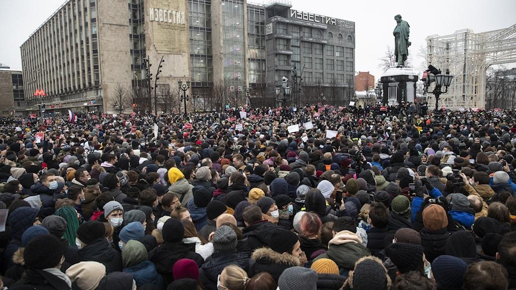 Människor har samlats på Pushkintorget i Moskvaför att protestera mot att Aleksej Navalnyj fängslats.