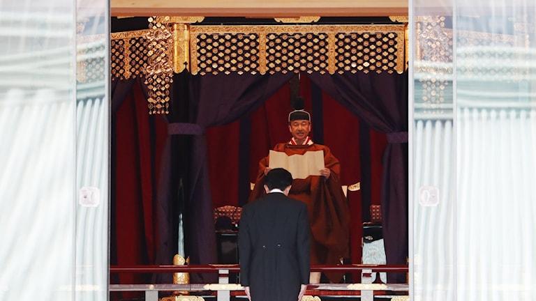 Premiärminister Shinzo Abe bugar för kejsare Naruhito.