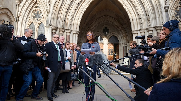 Gina Miller läser upp High Courts beslut i London på torsdagen.