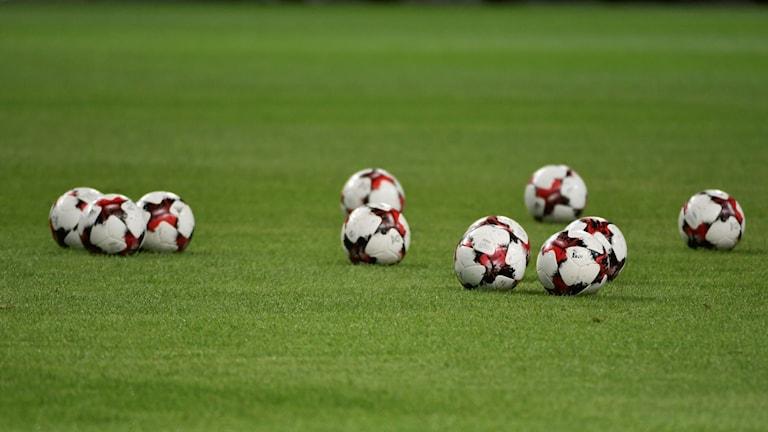 Fotbollar på en fotbollsplan