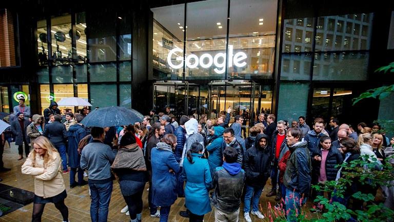 Googleanställda i London manifesterar mot sexuella trakasserier.