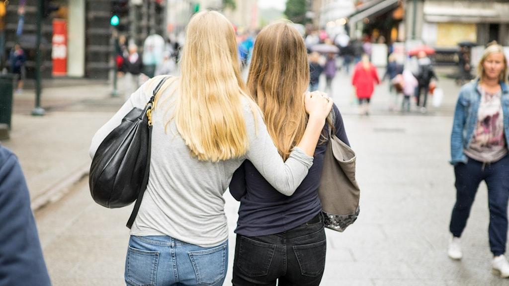 Tonåringar som promenerar