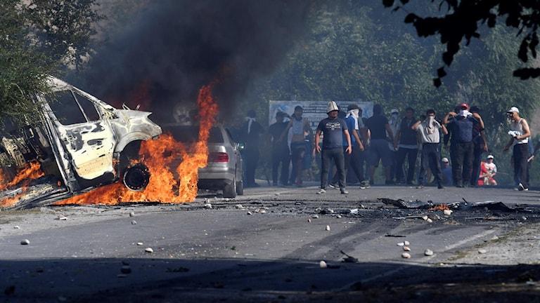 Anhängare till expresidenten Atambajev redo att kämpa mot polisen, i byn Koi-Tash söder om huvudstaden Bishkek, den 8 augusti 2019. Foto: Vladimir Voronin/TT.