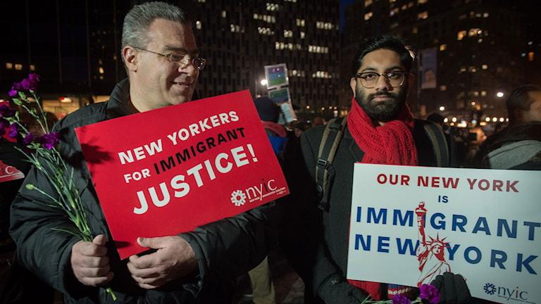 Två män med skyltar under protest i New York