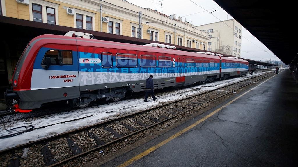 Tåg målat med text.