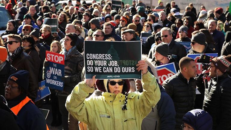 Hundratals demonstrerar mot nedstängningen