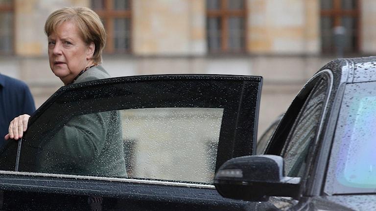 Angela Merkel anläder med tung bil till koalitionsförhandlingarna där det balnd annat handlar om klimatet.