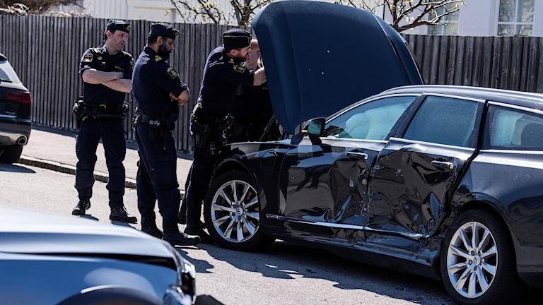 Polisen undersöker den prejade bilen på Notariegatan på Limhamn på måndagseftermiddagen