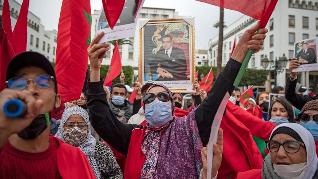 Marockaner firar efter att USA erkänt Marockos anspråk på Västsahara