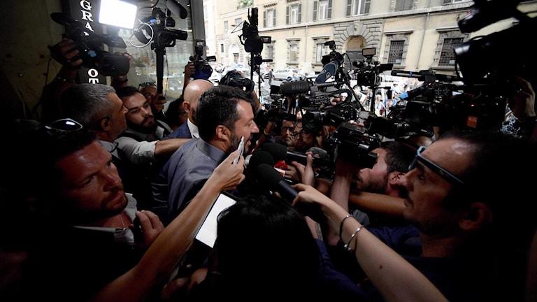 Italiens vice premiärminister och inrikesminister Matteo Salvini omringas av press.
