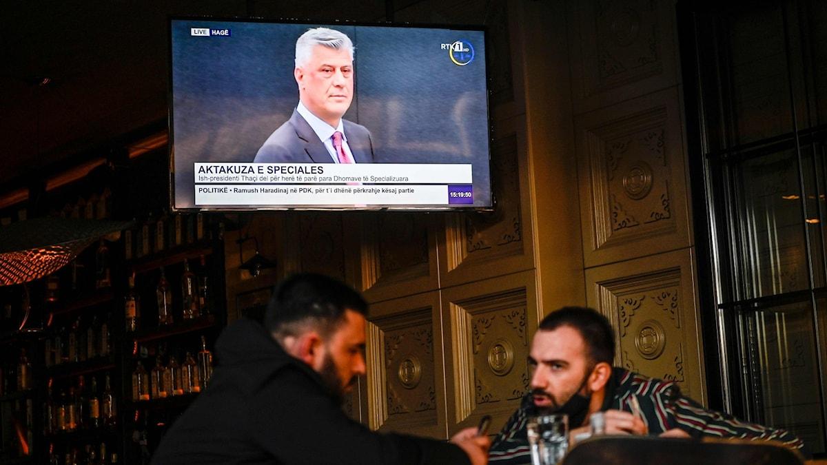 Kosovos förre president Hashim Thaci på en tv skärm från en rättegång