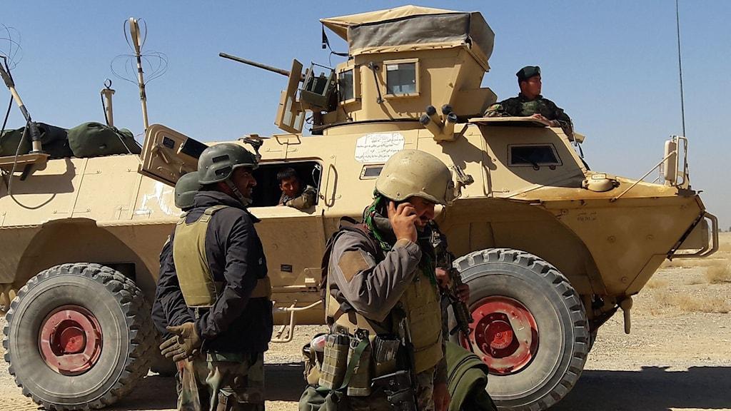 soldater vid ett militärfordon.