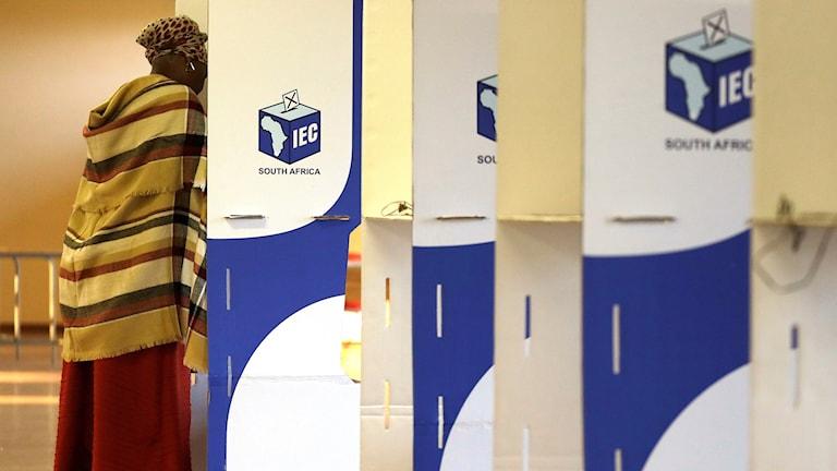 Kvinna röstar i KwaMhlanga i Mpumalanga, Sydafrika.