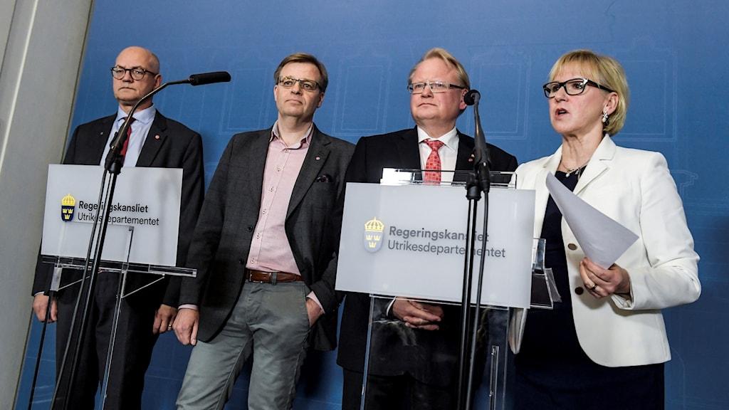Björn Jansson (S), regionstyrelsens ordförande på Gotland, Per-Ola Mattsson (S), kommunstyrelsens ordförande i Karlshamn, utrikesminister Margot Wallström (S) och försvarsminister Peter Hultqvist (S) håller en pressträff på UD