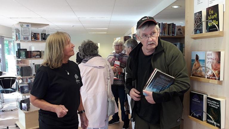 Besökare under öppningen av biblioteket i Tärnaby.