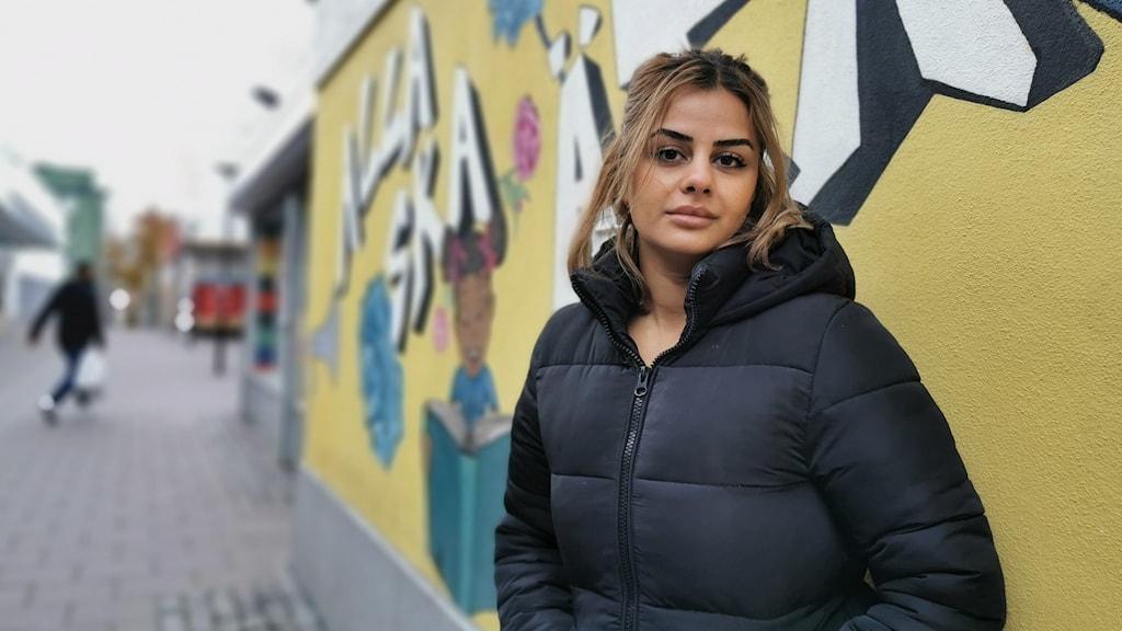 Nour Ramadan framför väggmålning i Husby.