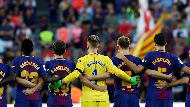 Fotbollsspelare som håller om varandra