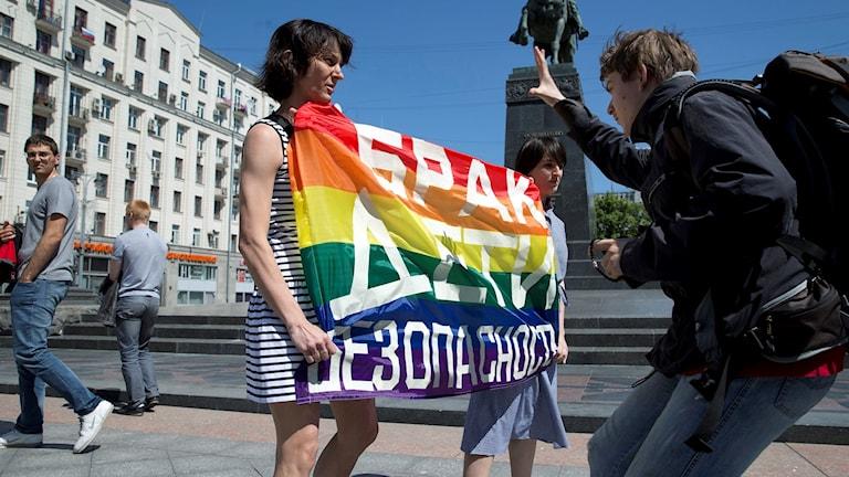 Kvinnor med HBTQ-flagga.