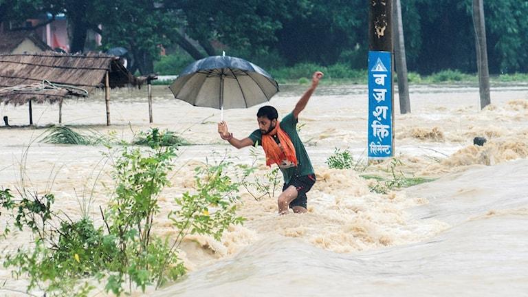 En man tappar balansen när han försöker passera en gata i Birgunj, Nepal (Foto: Manish Paudel/TT).