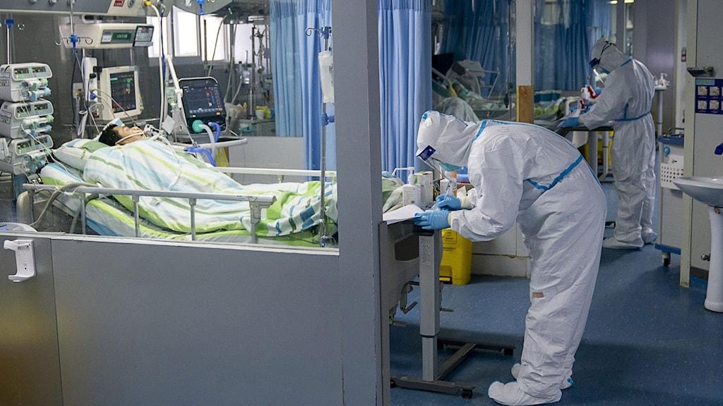 En person vårdas på sjukhus i Wuhan.