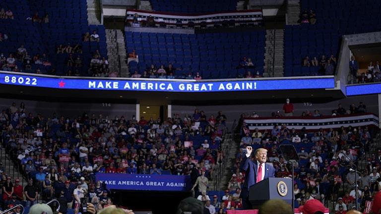 Många stolar gapade tomma när Donald Trump höll sitt första massmöte sedan coronautbrottet.