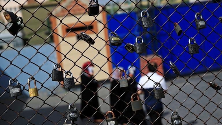 hänglås på stängsel som satts upp i protest mot gripandet av Erol Önderoğlu år 2016.