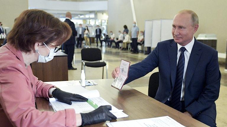 Rysslands president Vladimir Putin röstar om ändringarna i landets konstitution.