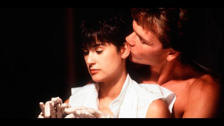 "Även filmen ""Ghost"" blev en stor succé. Här syns Swayze i en intim scén med Demi Moore. Foto: Scanpix."