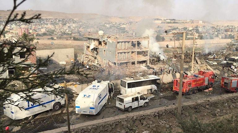 Polis och brandkår vid platsen för den självmordsbomb som utlöstes tidigare i dag.