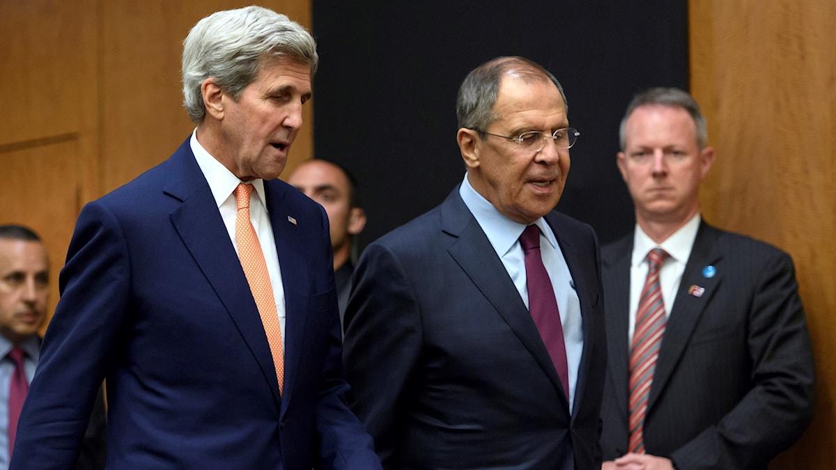 Utrikesministrarna John Kerry, USA, och Sergej Lavrov, Ryssland, träffas i Geneve.