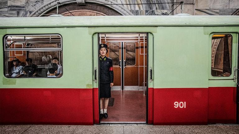 Kvinna som jobbar på tunnalbanetåg