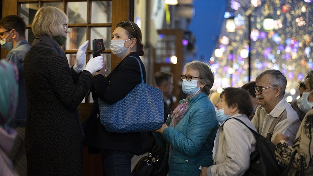 Teaterbesökares kroppstemperatur undersöks in en föreställning i Moskva, Ryssland.